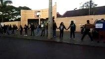 Favoráveis à Educação pública, estudantes realizam ato em frente do Colégio Mário Quintana