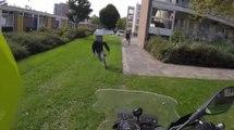 Un motard policier pourchasse un cambrioleur qui prend la fuite à pied !