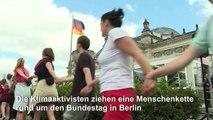 Fridays-for-Future-Aktivisten ziehen Menschenkette um den Reichstag