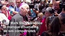 Des prêtres rencontrent des migrants à la frontière mexicaine