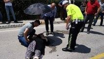 Ambulans gelene kadar kazada yaralanan annesinin üzerine şemsiye tuttu