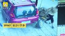 Une dalle tombe sur cette voiture pendant un changement de pneu !