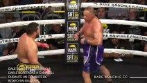 Este luchador de boxeo sin guantes se ve obligado a darle bofetadas a su contrincante debido a sus dedos rotos (vídeo)