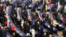Durant lhymne douverture de la session inaugurale du Parlement Européen de Strasbourg, les élus RN restent assis tandis que les élus Britanniques pro-Brexit tournent le dos