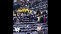 """Des députés britanniques arrivent au Parlement européen avec des t-shirts """"Stop Brexit"""""""