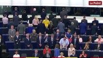 Les élus du Brexit Party tournent le dos au  parlement européen pendant l'hymne