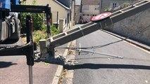 Un poteau électrique renversé par un camion