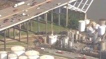 Un camion tombe d'un pont et s'écrase sur une usine de produits chimiques