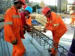 İşçiler Arasında Etriye bağlama yarışı