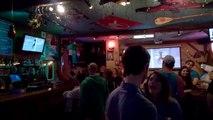 Une femme danse complètement bourré sur le bar... Mauvaise idée !