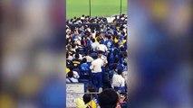 Au Japon, un fan de baseball se sert de son fils pour taper sur les supporters adverses