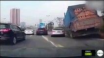 Un camion qui transporte des briques se vide sur une voiture