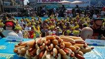 Un estadounidense celebra el 4 de julio comiendo 71 perritos calientes