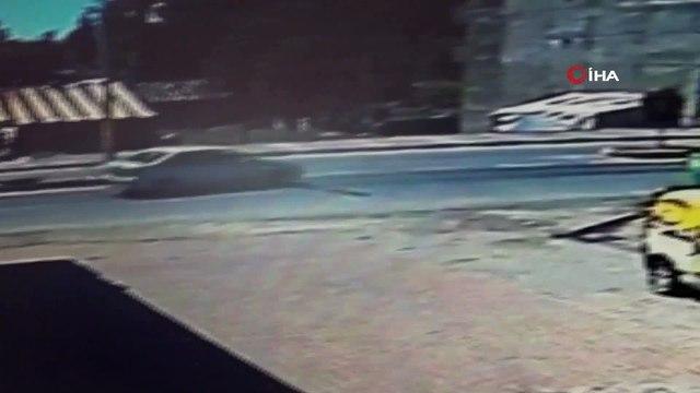 Ehliyetsiz sürücü otomobiliyle dönüş yapmak isterken evin bahçesine düştü...Kaza anı kamerada