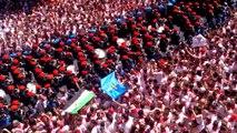 Comparsa de gaiteros en la plaza del Ayuntamiento, tras el esperado 'txupinazo' de San Fermín