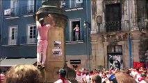 Dos guiris se lanzan al vacío en la plaza de Navarrería de Pamplona.
