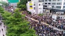 Quận Tsim Sha Tsui ( Tiêm Sa Chủy ), bán đảo Kowloon ( Cửu Long ), Hong Kong chiều ngày 07/07/2019 (GMT+8): Người biểu tình nhanh chóng nhường đường cho xe cứu thương di chuyển trên đường Kowloon Park
