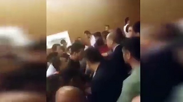 Başkan Erdoğan kalabalığın arasına girerken Berat Albayrak…