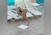 Une femme devient folle et jette tout dans la piscine d'un hôtel !