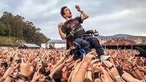 Un chico discapacitado fue levantado por decenas de asistentes para que pudiese disfrutar plenamente del festival