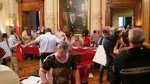 Chambéry : des manifestants expulsés sans ménagement du conseil municipal