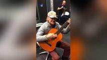 """Un guitariste interprête """"Le Bon, la Brute et le Truand"""""""