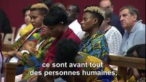 Des migrants réagissent après la messe du pape François