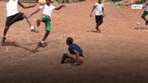 Menino sem pernas joga futebol com as mãos e joga bonito!