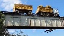 Ce conducteur de camion traverse  un pont ferroviaire... en roulant sur les rails