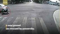 Des passants soulèvent un minibus pour sauver une femme coincée sous les roues