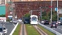 DHA DIŞ - Fren yerine gaza basan kadın kamyon sürücüsü tramvaya çarptı