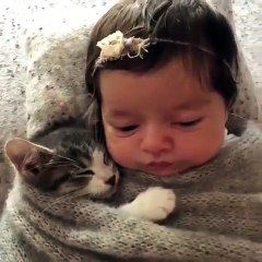 Cette petite princesse ne dort jamais sans son meilleur ami. Adorable !