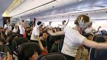 """En plein vol Shanghai-Paris, les danseuses de l'Opéra de Paris interprètent """"Le lac des cygnes"""" de Tchaïkovski à la surprise générale des passagers"""