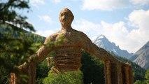 Dans les Alpes françaises, des animaux en paille et foin au bord de la route
