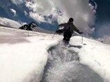 Une magnifique vidéo montrant un homme faisant du ski nautique