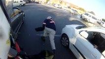 Un motard empêche le vol à l'arraché de l'ordinateur d'un automobiliste