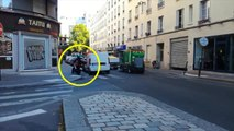 Un ballet de motos et scooters évitent les bouchons en roulant sur un trottoir à Paris
