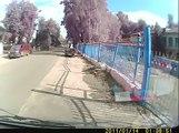 Un biker fait la chute de sa vie et se relève tranquillement