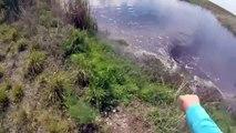 Un pêcheur ramasse un poisson mais n'a pas vu ce qui se cache dans ces eaux... Terrifiant