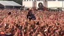 La foule d'un concert porte un jeune en fauteuil pour l'approcher de la scène !