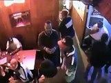 Le videur d'un bar maitrise un homme armé. Efficace