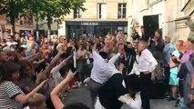Les images des dizaines de personnes réunies à Paris hier soir pour reprendre ensemble la célèbre danse du film Rabbi Jacob