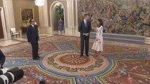 Los reyes Felipe VI y Letizia en el Salón de Audiencias de Zarzuela