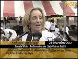 Anbasadè Ameriken an Ayiti a Pamela White distribye jwèt pou timoun ki soti nan 3 ofelina nan peyi