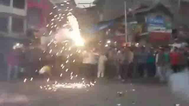 India की हार पर Kashmir में देशद्रहियों ने मनाया जश्न, फोड़ पटाखे, देखें Video | वनइंडिया हिंदी