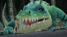 شراسة أنثى التمساح لحماية صغيرها.. شاهد