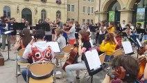 """Les stagiaires d'Ariolica jouent """"Billie Jean"""" sur la place d'Arçon à Pontarlier"""