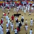 Le footballer US Josh Norman saute par-dessus un taureau à  Pampelune
