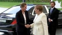 Merkel escucha el himno nacional sentada tras varios episodios de temblores