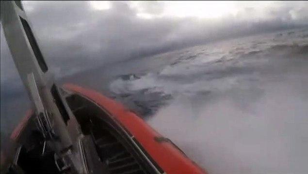 Espectaculares imágenes de la detención de un narcosubmarino en alta mar